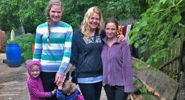 Bild: Elisabeth mit Maru (rechts) und Eva-Maria mit den Kindern von Andreas und Marian